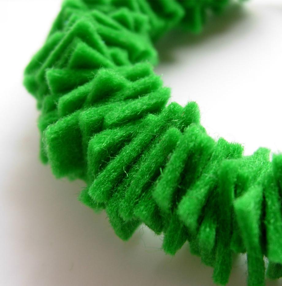 joyeria-creativa-plusera-verde-01-caprichos-creativos