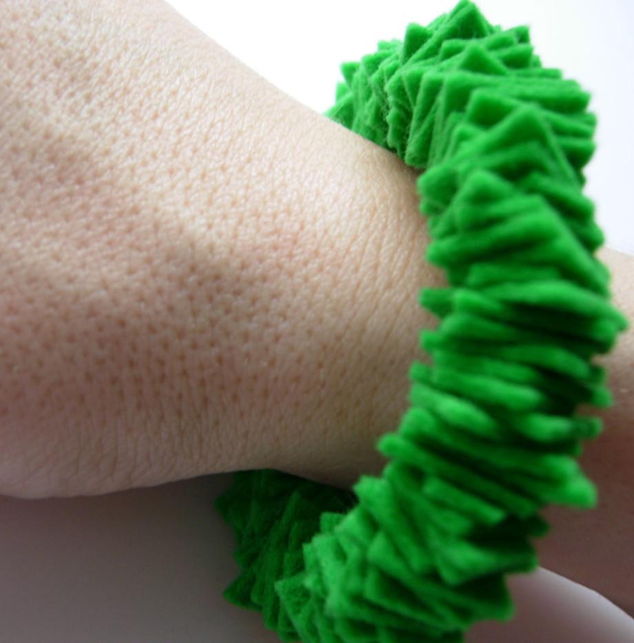 joyeria-creativa-plusera-verde-02-caprichos-creativos copia